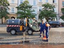 Κρακοβία, Πολωνία - 09 13 2017: Πόλη πρωινού μετά από τη βροχή φωτεινή ημέρα ηλιόλουστη Καθαρισμός πρωινού της οδού Στοκ Εικόνες