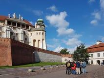 Κρακοβία, Πολωνία - 09 13 2017: Πόλη πρωινού μετά από τη βροχή φωτεινή ημέρα ηλιόλουστη Castle των βασιλιάδων στιλβωτικής ουσίας Στοκ εικόνες με δικαίωμα ελεύθερης χρήσης
