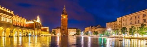 Κρακοβία, Πολωνία τον Ιούνιο του 2018: Sukiennice τή νύχτα, κύριο τετράγωνο αγοράς στοκ εικόνα με δικαίωμα ελεύθερης χρήσης