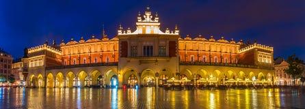 Κρακοβία, Πολωνία τον Ιούνιο του 2018: Sukiennice τή νύχτα, κύριο τετράγωνο αγοράς στοκ εικόνα