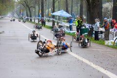 ΚΡΑΚΟΒΙΑ, ΠΟΛΩΝΙΑ - 28 ΑΠΡΙΛΊΟΥ: Δρομείς μαραθωνίου ατόμων Cracovia Marathon.Handicapped σε μια αναπηρική καρέκλα στις οδούς πόλεω στοκ εικόνες