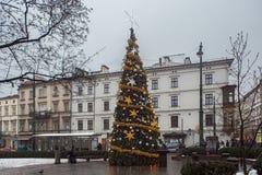 ΚΡΑΚΟΒΙΑ, ΠΟΛΩΝΙΑ - 1 ΙΑΝΟΥΑΡΊΟΥ 2015: Χριστουγεννιάτικο δέντρο σε όλο το τετράγωνο Αγίων στο ιστορικό μέρος της πόλης στοκ εικόνες με δικαίωμα ελεύθερης χρήσης