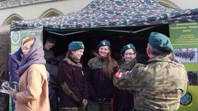ΚΡΑΚΟΒΙΑ, ΠΟΛΩΝΙΑ - ΙΑΝΟΥΑΡΙΟΣ, θηλυκοί πολωνικοί μαθητές στρατιωτικής σχολής 14, του 2017 και οι διοικητές τους WOSP στρατιωτικό στοκ εικόνες