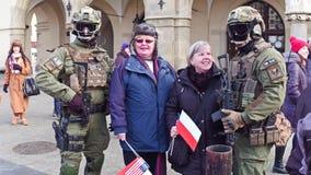 ΚΡΑΚΟΒΙΑ, ΠΟΛΩΝΙΑ - 14 ΙΑΝΟΥΑΡΙΟΥ, το 2017 όπλισε τους στρατιώτες ειδικής δύναμης που θέτουν με τους πολίτες που κρατούν πολωνικά Στοκ φωτογραφίες με δικαίωμα ελεύθερης χρήσης