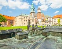ΚΡΑΚΟΒΙΑ, ΠΟΛΩΝΙΑ - 16 ΜΑΐΟΥ 2015: Τουρίστες που επισκέπτονται ιστορικό σύνθετο Wawel το βασιλικοί Castle και καθεδρικός ναός στη Στοκ Εικόνα