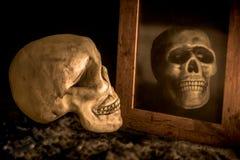 Κρανίο και καθρέφτης μυστηρίου Στοκ φωτογραφία με δικαίωμα ελεύθερης χρήσης