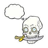 κρανίο πειρατών κινούμενων σχεδίων με το μαχαίρι στα δόντια με τη σκεπτόμενη φυσαλίδα Στοκ Φωτογραφία