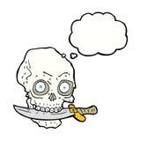 κρανίο πειρατών κινούμενων σχεδίων με το μαχαίρι στα δόντια με τη σκεπτόμενη φυσαλίδα Στοκ Εικόνες