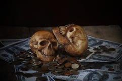 Κρανίο στο τραπεζογραμμάτιο και το νόμισμα, χρήματα Στοκ Φωτογραφίες