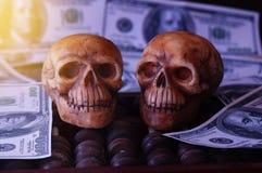 Κρανίο στο τραπεζογραμμάτιο και το νόμισμα, χρήματα Στοκ Εικόνες