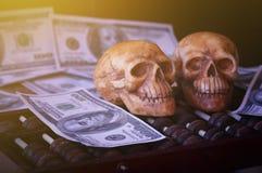 Κρανίο στο τραπεζογραμμάτιο και το νόμισμα, χρήματα Στοκ Εικόνα