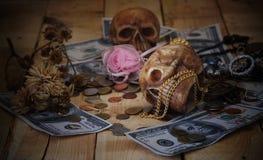 Κρανίο στο τραπεζογραμμάτιο και το νόμισμα Στοκ Εικόνες