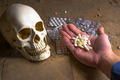 Κρανίο, ταμπλέτες και χέρι ενός νεκρού προσώπου Στοκ φωτογραφία με δικαίωμα ελεύθερης χρήσης