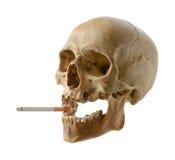 Κρανίο του προσώπου με ένα τσιγάρο. Στοκ φωτογραφία με δικαίωμα ελεύθερης χρήσης