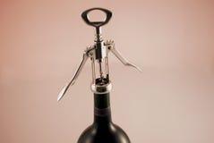 κρασί ανοίγματος μπουκαλιών στοκ εικόνα με δικαίωμα ελεύθερης χρήσης