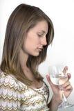 κρασί γυαλιού κοριτσιών Στοκ φωτογραφία με δικαίωμα ελεύθερης χρήσης