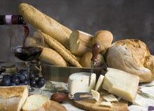 κρασί γυαλιού τυριών 2 ψωμ&iota στοκ εικόνα