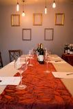 Κρασί, γυαλιά, και δοκιμάζοντας φύλλα στο μακρύ πίνακα Στοκ Φωτογραφίες
