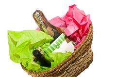 κρασί δώρων τυριών καλαθιών Στοκ εικόνες με δικαίωμα ελεύθερης χρήσης