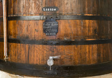 Κρασί λιμένων που ωριμάζει στο ξύλινο βαρέλι, εσωτερικό κελαριών στην πόλη του Πόρτο Οπόρτο Στοκ εικόνα με δικαίωμα ελεύθερης χρήσης