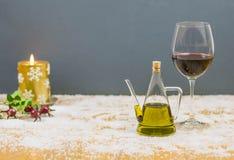 Κρασί και έλαιο σε μια ατμόσφαιρα Χριστουγέννων Στοκ φωτογραφία με δικαίωμα ελεύθερης χρήσης