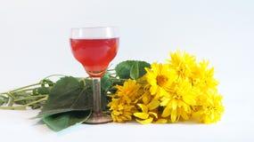 Κρασί και λουλούδια Στοκ φωτογραφία με δικαίωμα ελεύθερης χρήσης