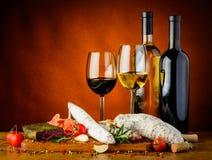 Κρασί και παραδοσιακά λουκάνικα Στοκ Εικόνες