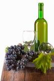 Κρασί και σταφύλια στο βαρέλι στοκ φωτογραφίες με δικαίωμα ελεύθερης χρήσης