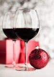 Κρασί και σφαίρα Χριστουγέννων στοκ εικόνες