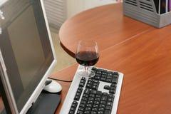 Κρασί και υπολογιστής στοκ φωτογραφίες