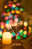 Κρασί και φως ιστιοφόρου με τα φωτεινά χρωματισμένα bokeh φω'τα Στοκ φωτογραφίες με δικαίωμα ελεύθερης χρήσης