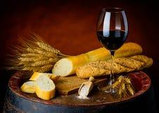 Κρασί και baguette Στοκ φωτογραφία με δικαίωμα ελεύθερης χρήσης
