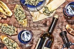 Κρασί και crostini με μια κόλλα του αβοκάντο Ημέρα πατέρων ` s, ημέρα των ευχαριστιών, Στοκ Εικόνες