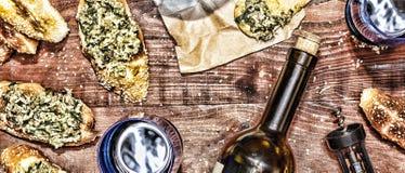 Κρασί και crostini με μια κόλλα του αβοκάντο Ημέρα πατέρων ` s, ημέρα των ευχαριστιών Στοκ Εικόνες