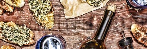 Κρασί και crostini με μια κόλλα του αβοκάντο Ημέρα πατέρων ` s, ημέρα των ευχαριστιών, Στοκ εικόνες με δικαίωμα ελεύθερης χρήσης