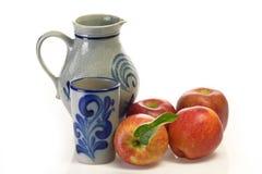 κρασί κανατών κουπών μήλων Στοκ φωτογραφίες με δικαίωμα ελεύθερης χρήσης