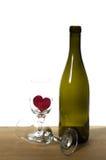 κρασί καρδιών γυαλιών μπουκαλιών Στοκ Φωτογραφίες