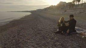 Κρασί κατανάλωσης ανδρών και γυναικών στην ακροθαλασσιά στη Νίκαια, πολυτελής φυγή Σαββατοκύριακου φιλμ μικρού μήκους