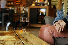κρασί μεσημεριανού γεύματος γυαλιού παραλιών Στοκ εικόνα με δικαίωμα ελεύθερης χρήσης