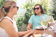 Κρασί μεσημεριανού γεύματος στον καφέ στοκ φωτογραφία με δικαίωμα ελεύθερης χρήσης