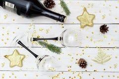 Κρασί με δύο γυαλιά σε έναν άσπρο ξύλινο πίνακα Επίπεδος βάλτε Στοκ φωτογραφία με δικαίωμα ελεύθερης χρήσης