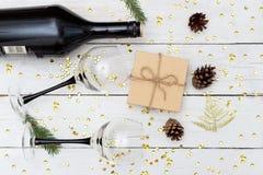 Κρασί με δύο γυαλιά σε έναν ξύλινο πίνακα και ένα κιβώτιο δώρων Επίπεδος βάλτε Στοκ Εικόνες