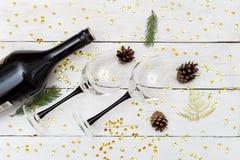 Κρασί με δύο γυαλιά σε μια ξύλινη διακόσμηση πινάκων και Χριστουγέννων Στοκ Φωτογραφία