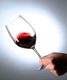 κρασί μορίων χεριών γυαλι&om Στοκ εικόνες με δικαίωμα ελεύθερης χρήσης