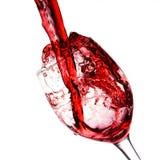 Κρασί που χύνεται κόκκινο στο γυαλί κρασιού Στοκ Εικόνες