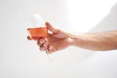 κρασί προσώπων εκμετάλλευσης γυαλιού ros Στοκ εικόνα με δικαίωμα ελεύθερης χρήσης