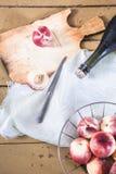 Κρασί ροδάκινων και οργανικά ροδάκινα στο εκλεκτής ποιότητας ύφος Στοκ εικόνα με δικαίωμα ελεύθερης χρήσης