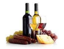 Κρασί, σταφύλια, τυρί ένα λουκάνικο που απομονώνεται στο λευκό Στοκ Εικόνες