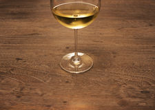 Κρασί στον ξύλινο πίνακα στοκ εικόνες