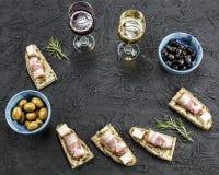 Κρασί, τρόφιμα, γεύμα, πρόχειρο φαγητό, σύνολο, brushetta, ποτό, πλαίσιο Αγροτικό ύφος, υπόβαθρο πετρών Τοπ όψη Στοκ Εικόνες